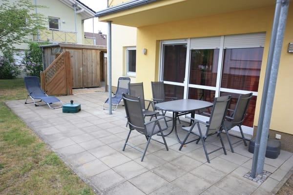 Terrasse mit Ausgang zum Fahrradschuppen und Carport