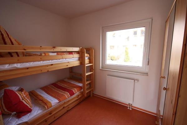 Kinderzimmer mit Etagenbett und ausziehbaren Zusatzbett