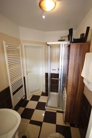 Tageslichtbad mit Handtuchwärmer und Dusche