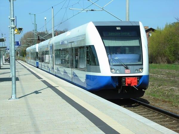 Bequeme Anreise mit dem Zug alle Stunde von Berlin und Stralsund