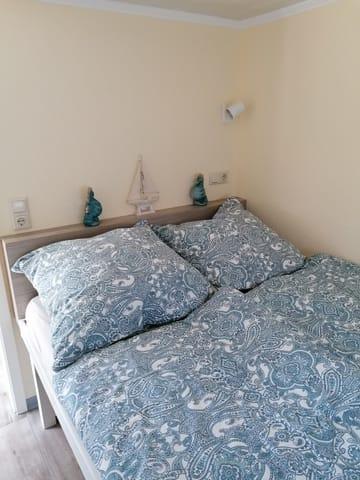 Schlafzimmer,Bett 1,40breit,Kleiderschrank mit reichlich Platz, angenehme Betthöhe(extra Stauraum!