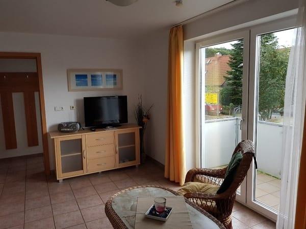 Wohnzimmer der Ferienwohnung Usedom mit Blick auf den Balkon