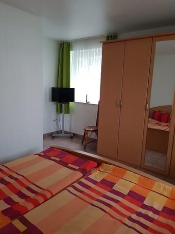 Schlafzimmer mit 2. Fernseher