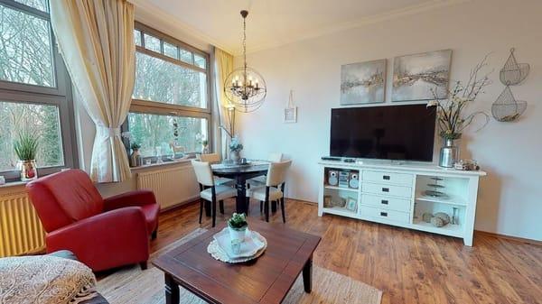 Wohnzimmer mit LCD-Fernseher, Stereoanlage und DVD-Player