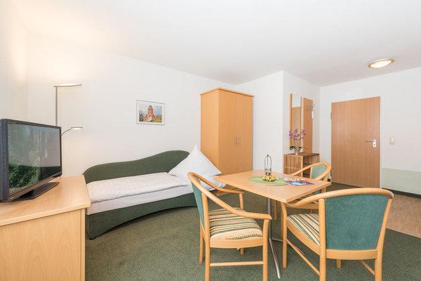 Wohnbereich 1-Raum mit Schlafcouch und Flachbildschirm