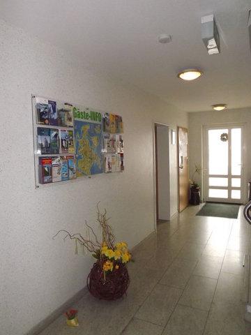 Eingangsbereich mit Informationswand