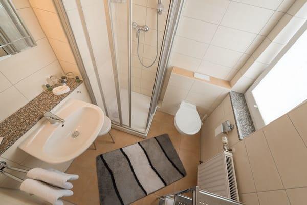 Badezimmer mit Dusche und WC, Fön