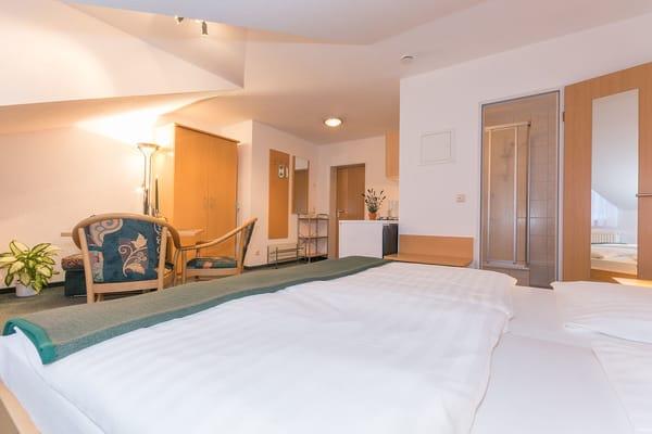 Schlafbereich mit Blick auf Eingangstür