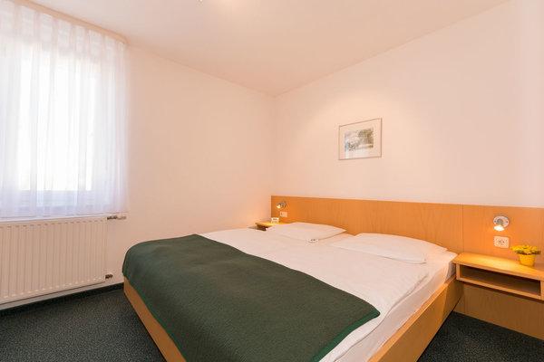 Schlafzimmer , Bett mit verstellbarem Kopfteil