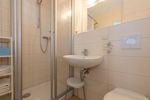 Bad mit Dusche, WC, Fön,