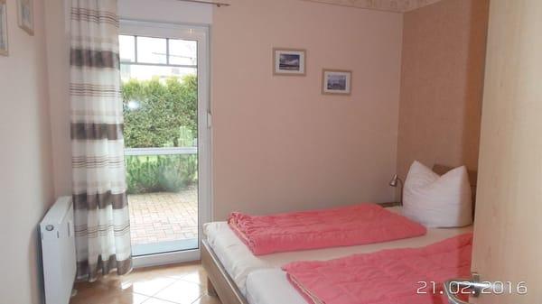 Schlafzimmer  mit Ausgang in Garten