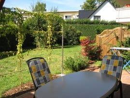 Blik von der Terrasse in den Garten.