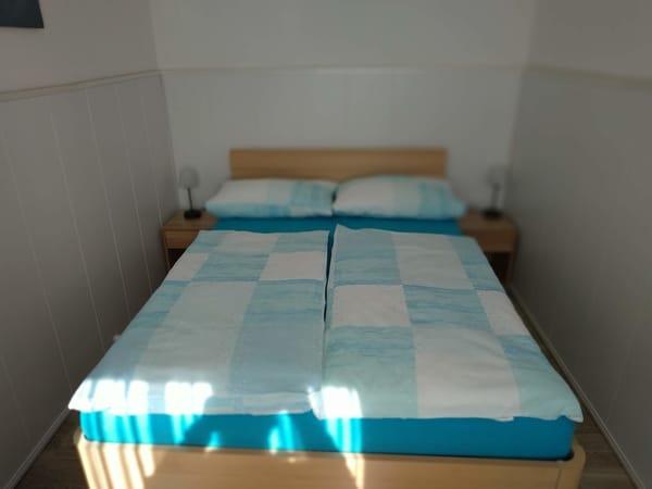 Schlafzimmer mit Doppelbett (140cm x 200cm)
