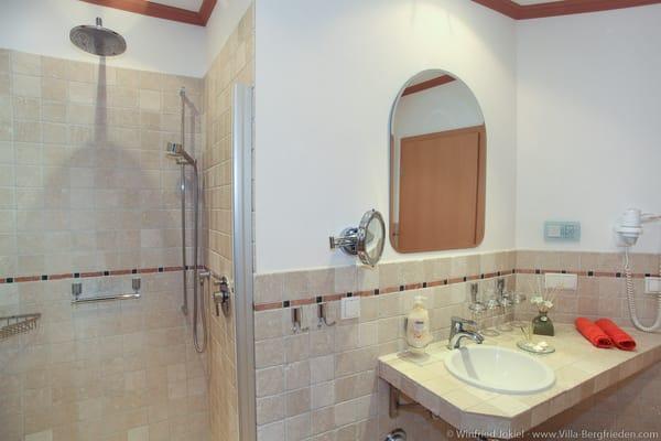 Bad mit Kopf- und Handdusche