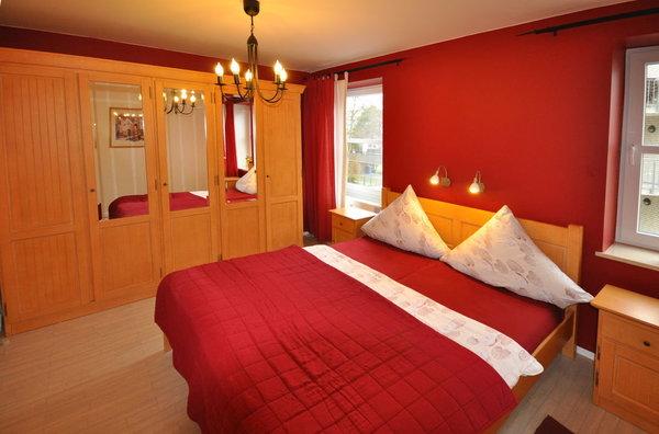 Schlafen, relaxen, lesen... im geschmackvoll eingerichteten Schlafzimmer mit Massivholzmöbeln.