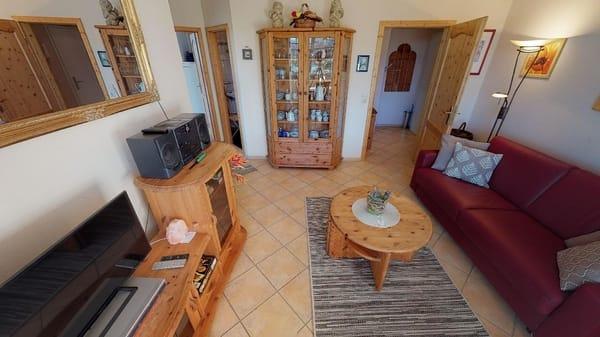 Das Wohnzimmer und Essecke der Wohnung Kuckuck sind gemütlich eingerichtet.