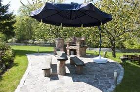Grill und Räucherplatz im Garten
