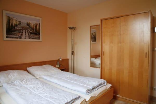 DIE OHNEKÜCHE - Doppelbett und Schrank