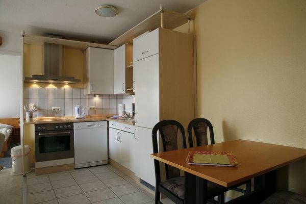 Komplett eingerichteter Küchenbereich mit Essecke