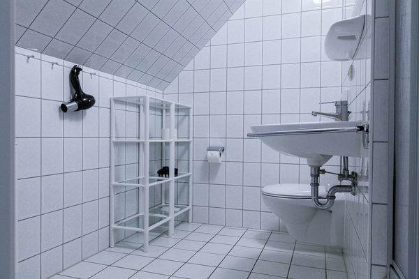 Bad und Duschbereich.