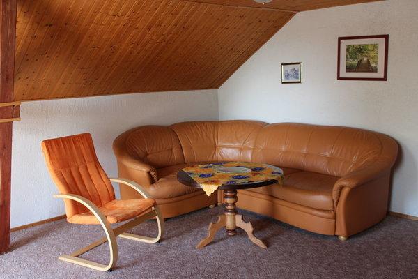 Wohnzimmer mit extra Liege und grossem Essplatz