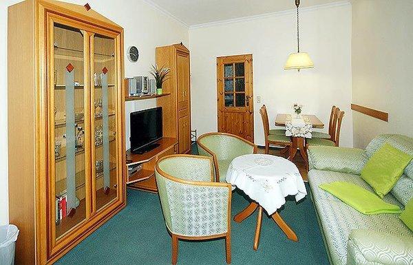Wohnzimmer mit Essplatz und Doppelbettschlafcouch.