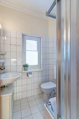 Bad mit Dusche/WC und Fön