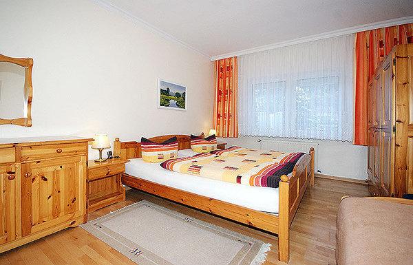 Schlafzimmer mit Doppelbett und Einzelbett.