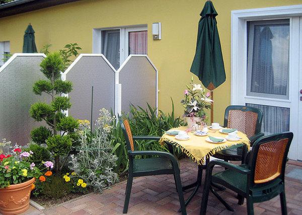 Terrasse und Eingangsbereich zur Wohnung.