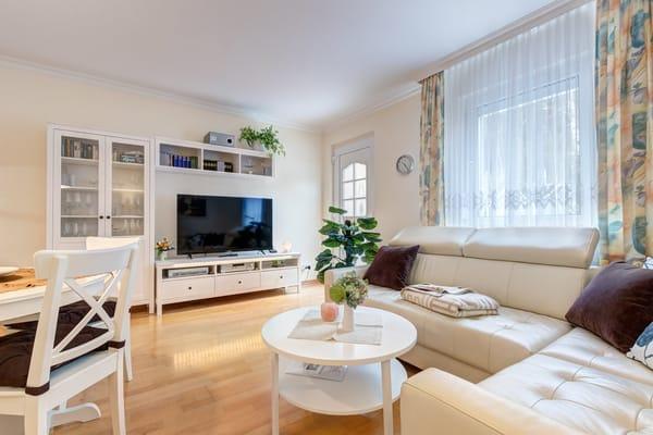 gemütliches Wohnzimmer mit Flat-TV, DVD-Player, W-LAN