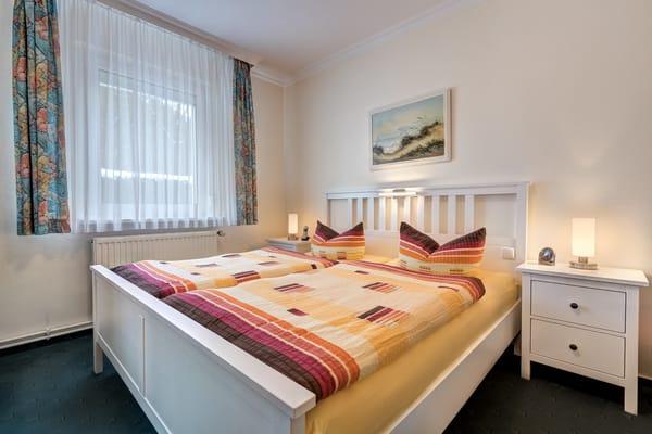 Das Schlafzimmer ist mit Doppel- und Einzelbett ausgestattet.