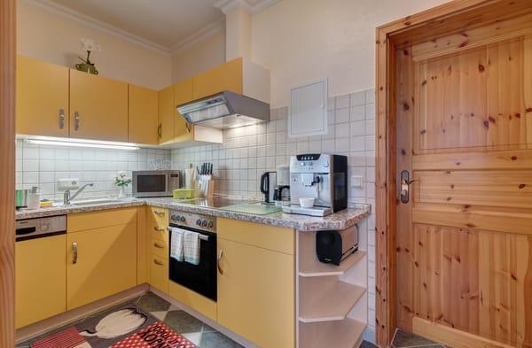 die Küchenzeile verfügt über Geschirrspüler, Backofen, Mirkowelle, Kaffeeautomat