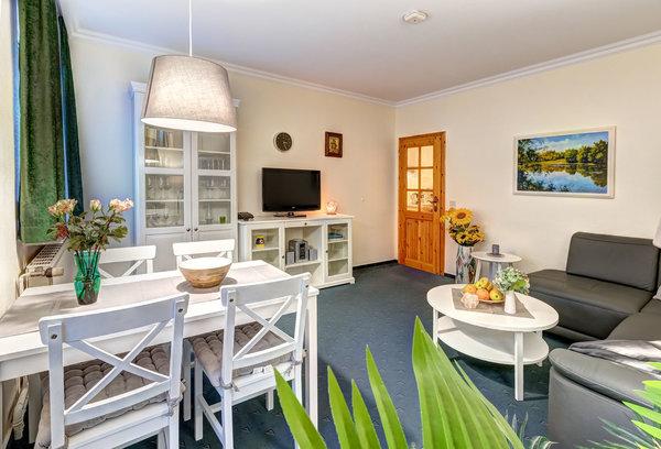 Wohnzimmer mit Flat-TV & Essplatz