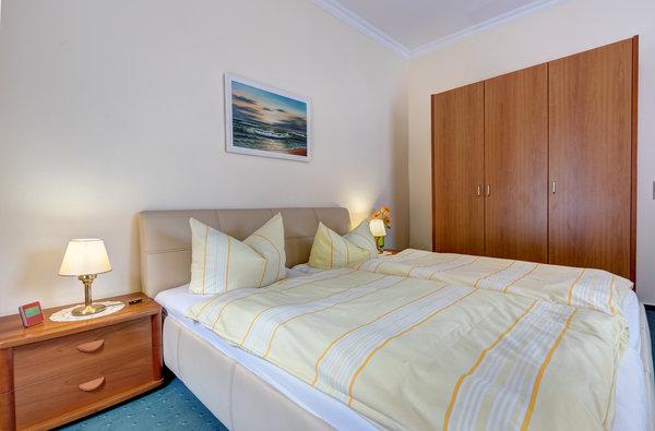 Doppelbett und Kleiderschrank