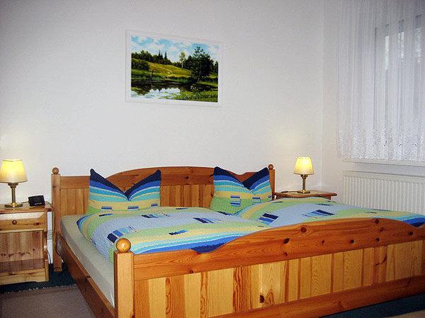 Schlafzimmer mit Doppel- und Einzelbett. Die Zustellung von einem Kinderbett ist möglich.