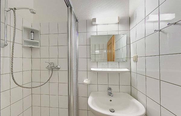 Tageslichtbad mit DU/WC und Fön.