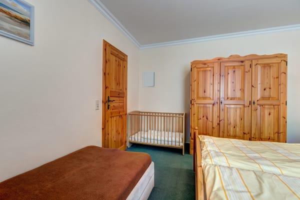 das Einzelbett und Zustellung von Kinderbett möglich