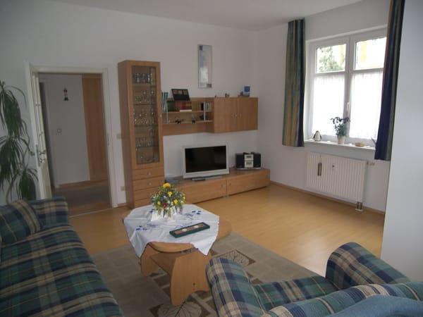 Wohnzimmer mit TV, DVD-Player und Stereo-Anlage.
