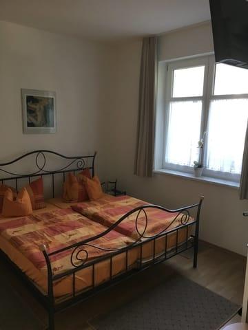 Schlafzimmer mit verstellbarem Kopf- u. Fußteil des Bettes.