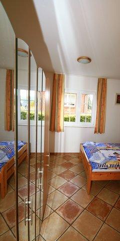 Schlafzimmer mit großen Spiegelschrank