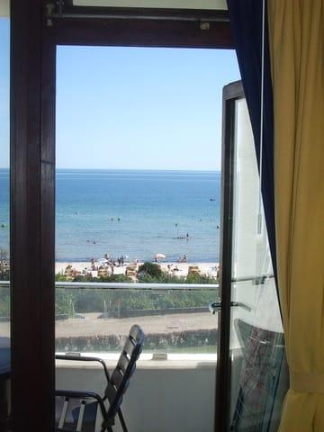 Blick über Balkon zum Strand