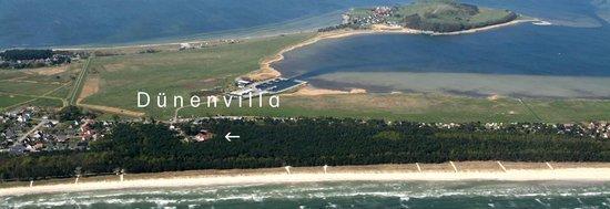 Blick auf das Ostseebad Thiessow mit der Dünenvilla, dem 8 km breiten Sandstrand, im Hintergrund: der Hafen, das Surfgebiet und Klein Zicker
