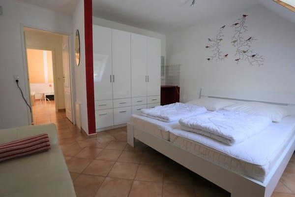 2. Schlafzimmer  und Sitzgelegenheit  plus Schminkecke