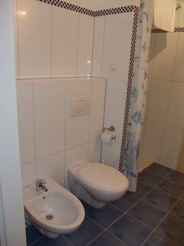 das Bad mit ebenerdiger Dusche