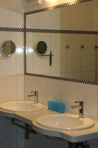 großes Bad, ebenerdige Dusche, Bidet, Doppelwaschbecken