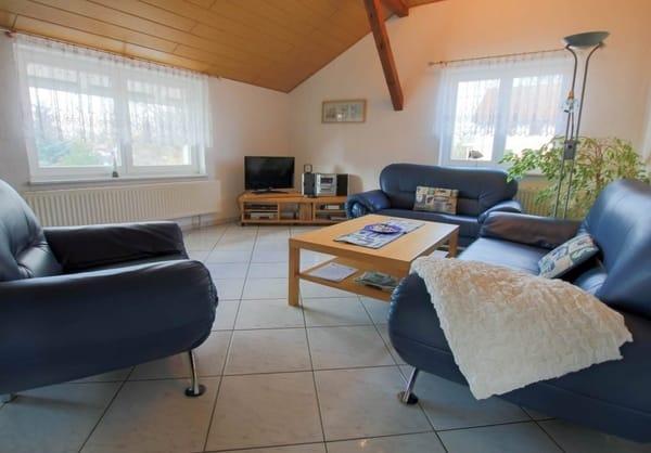 Wohnzimmer mit großzügiger Sitzecke, freies WLAN