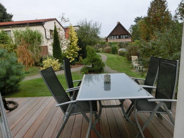 Blick von der 2. Terrasse in den Garten