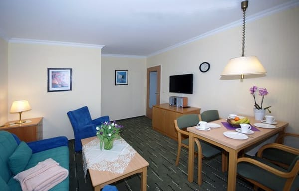 Wohnzimmer mit Essplatz, Flachbild-TV und Schlafcouch