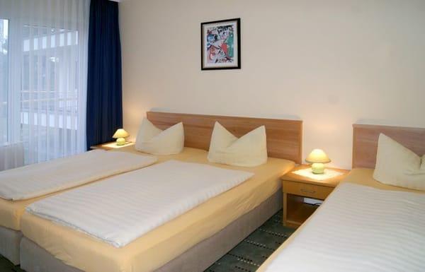 Schlafzimmer mit Doppelbett & Einzelbett