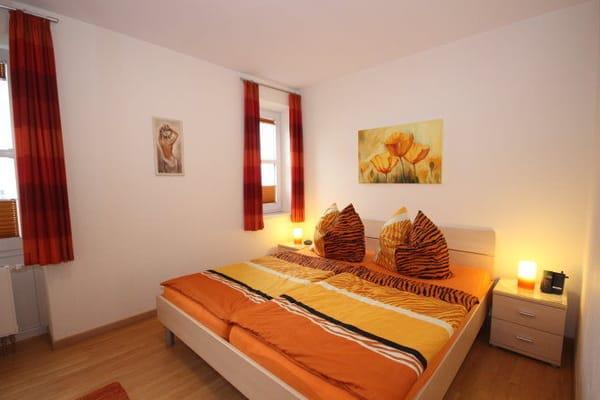 Schlafzimmer 1 mit Doppelbett,  Sat-TV und großem Kleiderschrank